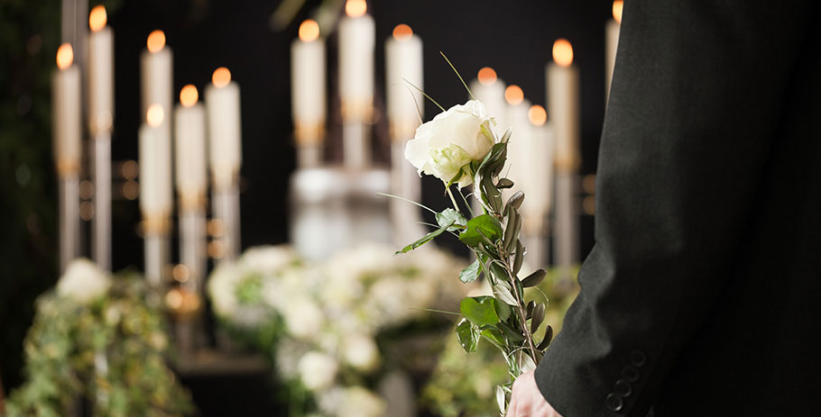 Betala 5 000 kr eller 25 000 kr för begravningen?